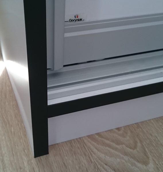 kontrasowa okleina płyty meblowej w szafie